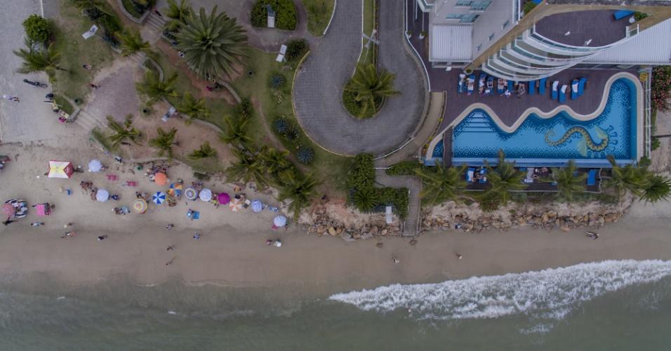 23.nov.2017 - Vista aérea do pequeno espaço de faixa de areia na praia de Canasvieiras, ao norte de Florianópolis, causado pela forte ressaca do mar
