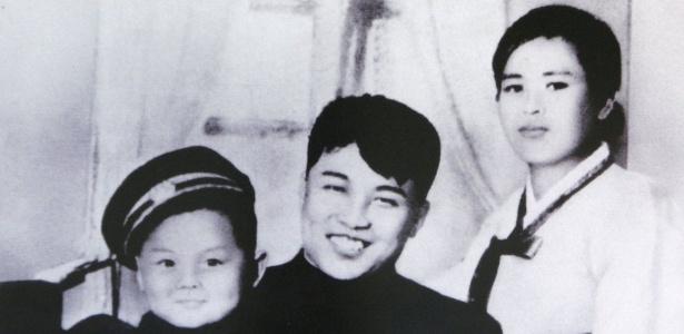 Esta foto de propaganda norte-coreana mostra Kim Il-sung junto a sua primeira esposa, Kim Jong-suk, e seu filho Kim Jong-il, pai do atual líder del país