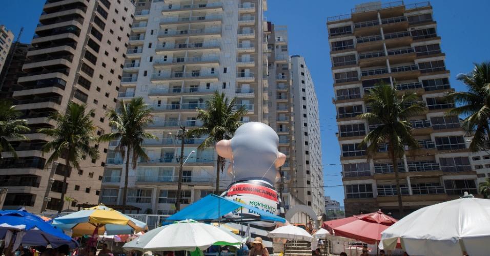 Manifestantes inflam boneco Pixuleco em frente ao Edifício Solaris, atribuído ao ex presidente Lula, no Guarujá