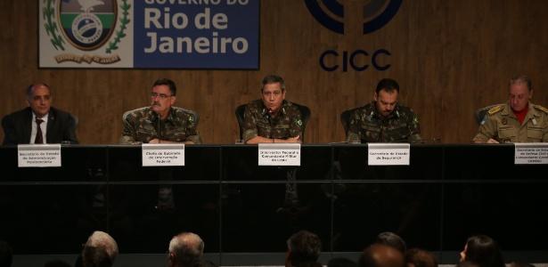 27.fev.2018 - General Braga Netto (ao centro) detalha operações das Forças Armadas no Rio