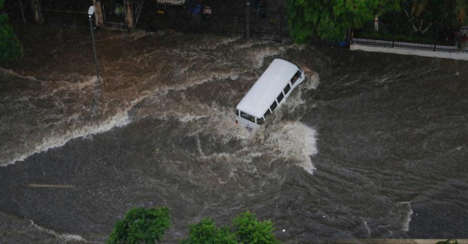20.mar.2018 - Forte temporal deixa ponto de alagamento na região da avenida 9 de Julho, próximo à Praça da Bandeira, na região central de São Paulo