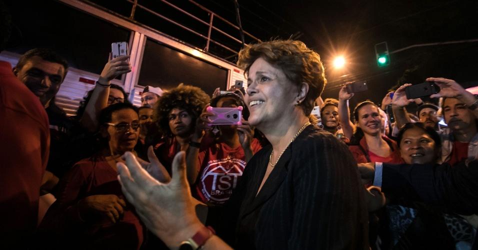 Dilma acena para manifestantes pró-Lula no Sindicato dos Metalúrgicos do ABC, em São Bernardo do Campo, após o pedido de prisão contra o ex-presidente