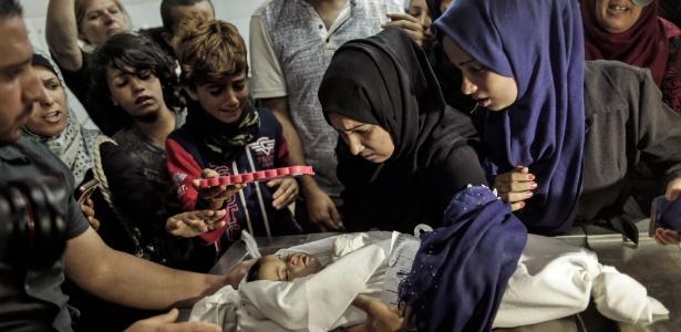 Palestinos lamentam a morte do bebê Leila al-Ghandour, de 8 meses