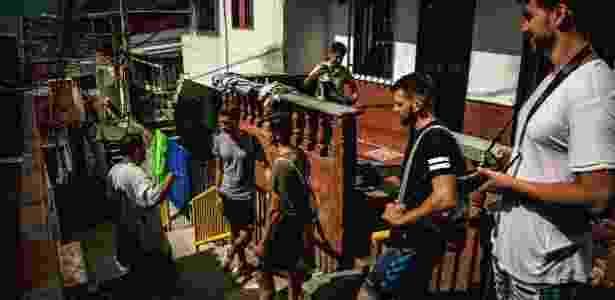 Guia leva turistas suíços pelas ruas do Barrio Pablo Escobar, onde o antigo chefão do cartel de drogas de Medellín construiu casas para famílias pobres em Medellín, na Colômbia - Meridith Kohut/The New York Times - Meridith Kohut/The New York Times