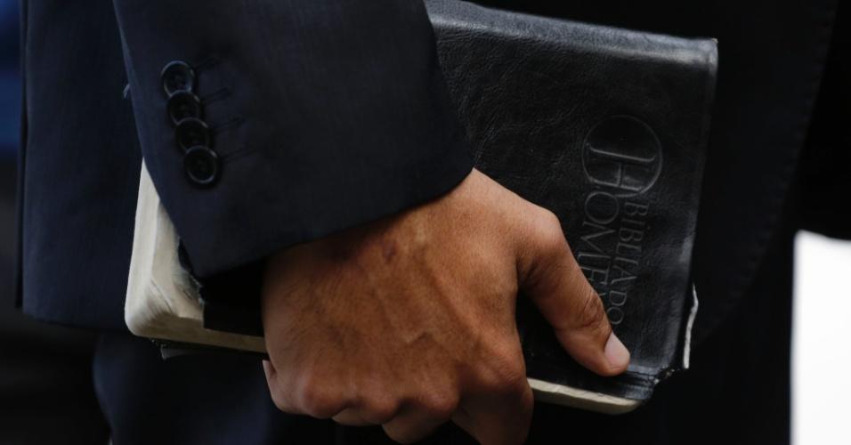 """Detalhe da """"Bíblia do Homem"""" carregada pelo Cabo Daciolo (Patriota)"""