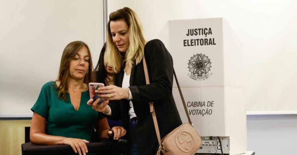 28.out.2018 - Senadora eleita Mara Gabrilli (PSDB) vota em colégio na zona oeste de São Paulo