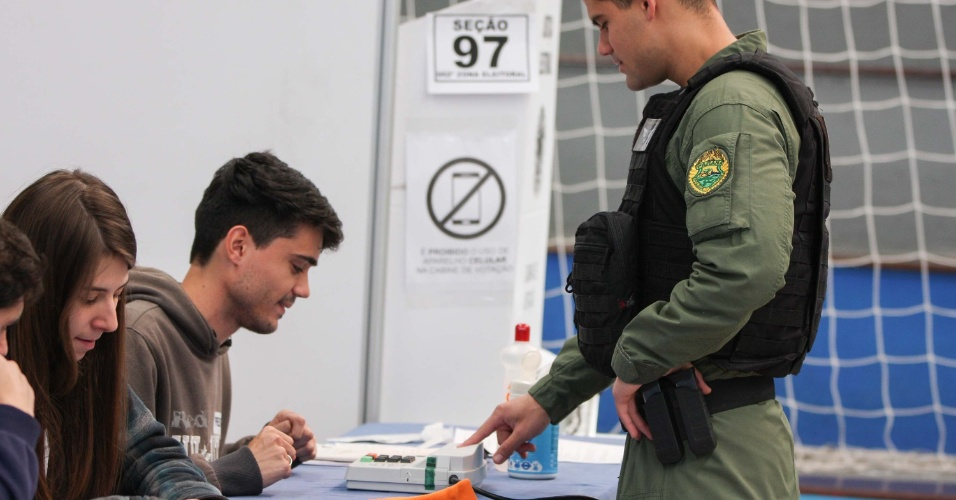28.ut.2018 - Movimentação de eleitores durante votação no segundo turno das Eleições 2018, no clube Duque de Caxias, no bairro Bacacheri, em Curitiba (PR)