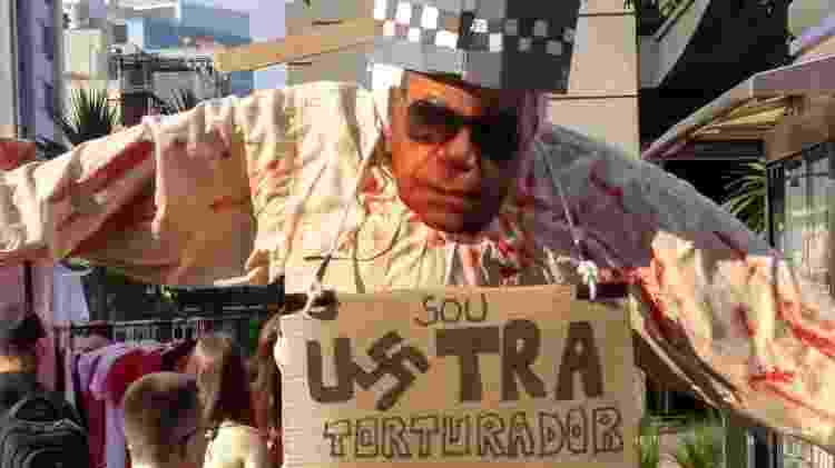 Boneco representando o coronel Carlos Alberto Brilhante Ustra foi hostilizado durante ato em São Paulo - Bernardo Barbosa/UOL