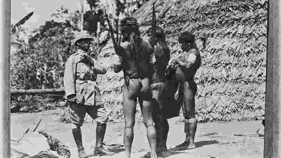 Rondon com índios Tiriyó durante sua segunda expedição de Inspeção de Fronteiras; explorador também foi um pacifista - Divulgação