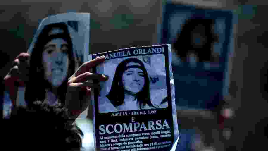 Manifestantes levantam cartazes no Vaticano com a foto de Emanuela Orlandi, desaparecida há 36 anos - Filippo Monteforte - 21.mai.12/AFP