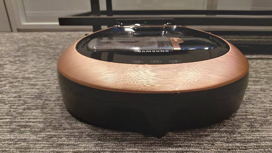 Novo aspirador-robô da Samsung tem a cor rosa-dourado - Gabriel Francisco Ribeiro/UOL