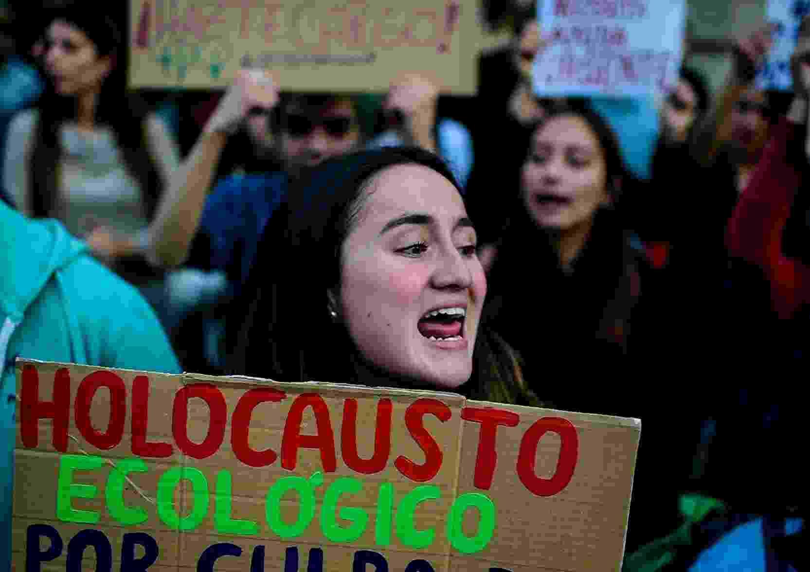 Manifestantes protestam contra queimadas na Amazônia em frente a embaixada brasileira em Santiago, no Chile - Martin BERNETTI / AFP