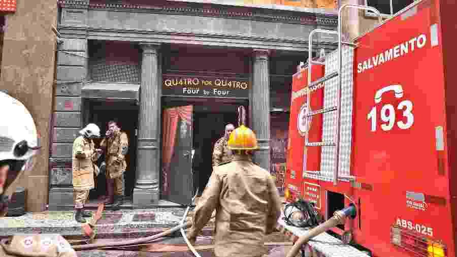 18.out.2019 - Bombeiros trabalham no combate ao incêndio na boate Quatro por Quatro - Saulo Angelo/Futura Press/Estadão Conteúdo
