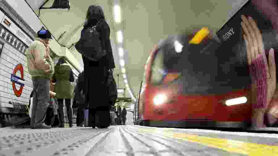 Passageiros em metrô de Londres - Neil Hall/Reuters