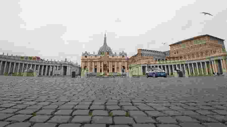 Imagem mostra praça de São Pedro, em frente à Basílica de São Pedro, no Vaticano, completamente vazia - Alberto Lingria/Reuters