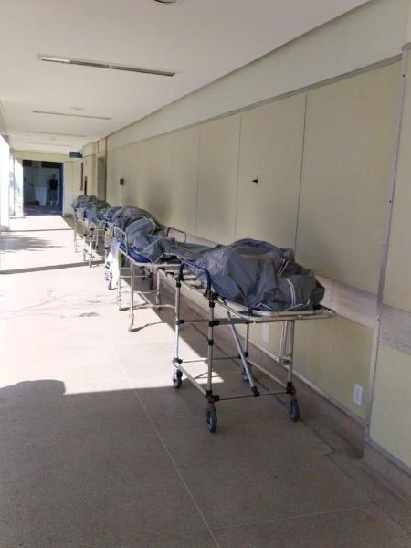 28.abr.2020 - Corpos enfileirados em frente ao necrotério lotado do Hospital Municipal Lourenço Jorge, na Barra da Tijuca - Divulgação