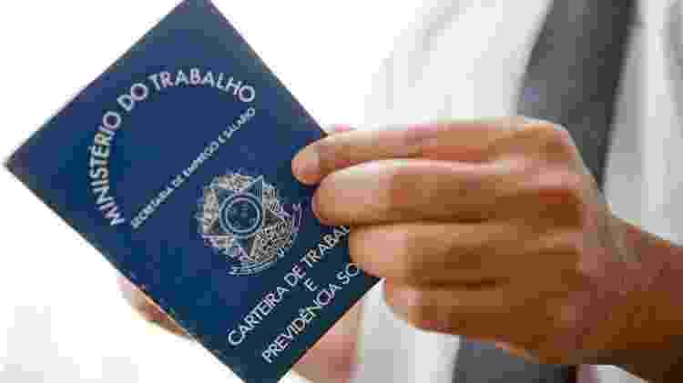 Pessoa segura Carteira de Trabalho - Camila Domingues/Palácio Piratini - Camila Domingues/Palácio Piratini
