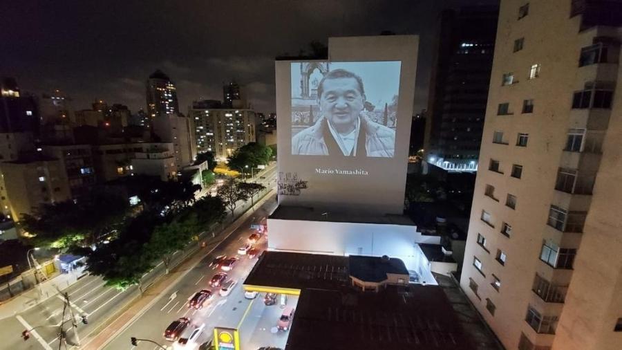18.out.2020 - Imagem projetada como parte de ação em homenagem a médicos falecidos pela covid - Divulgação/VJMozart