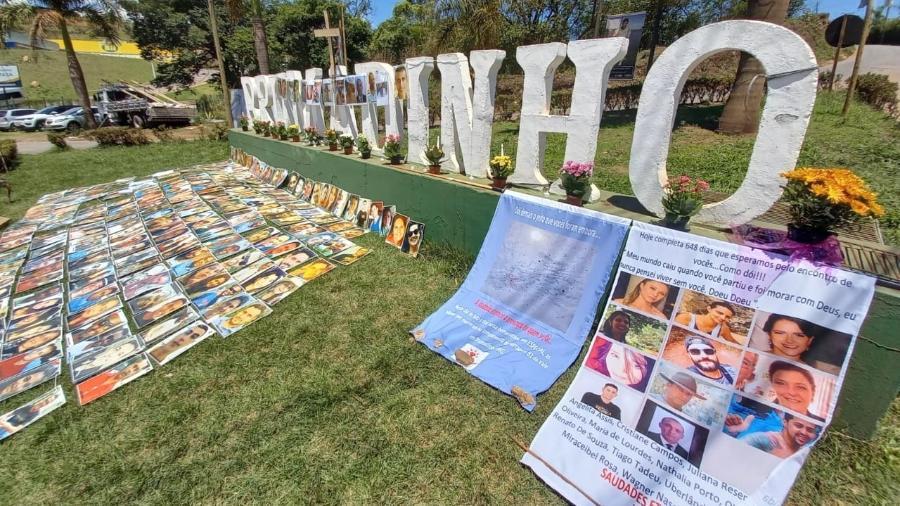 Sem túmulo das vítimas de barragem em Brumadinho, entrada da cidade serve como memorial no Dia de Finados - Amaury Ribeiro Jr./UOL