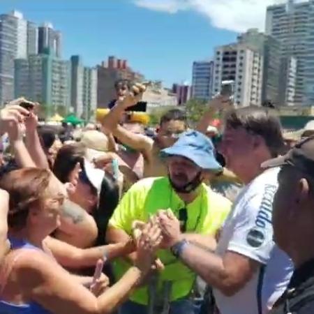 Bolsonaro dá mais um mau exemplo ao provocar aglomeração em praia da Baixada Santista - Reprodução