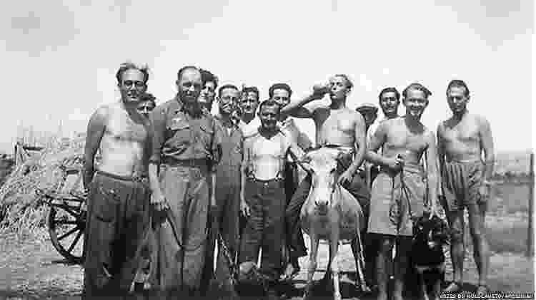 Isaac Jacob Menache (o primeiro à esquerda) no campo de trabalho forçado. Tatoi, 1944 - Vozes do Holocausto/Arqshoah - Vozes do Holocausto/Arqshoah