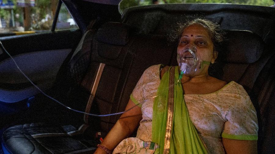 Paciente com covid-19 recebe oxigênio em um carro em um templo em Ghaziabad, Índia - Danish Siddiqui/Reuters