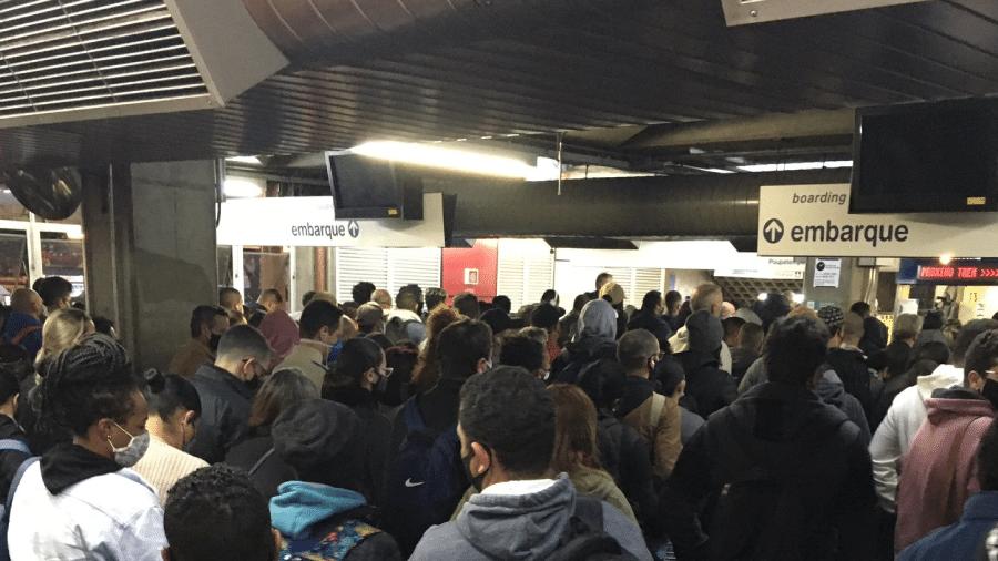 Passageiro compartilha foto de plataforma de embarque cheia em estação da Linha 1- Azul do metrô de São Paulo hoje; falhas provocaram lentidão - Reprodução/Twitter