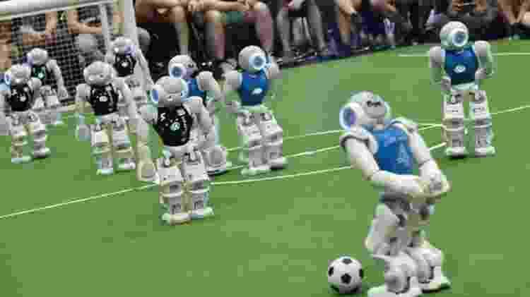 Robôs jogando uma partida de futebol - Getty Images - Getty Images