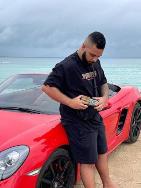 Última foto publicada por Wesley Pessano foi em frente ao seu Porsche, onde foi morto - Reprodução/Instagram