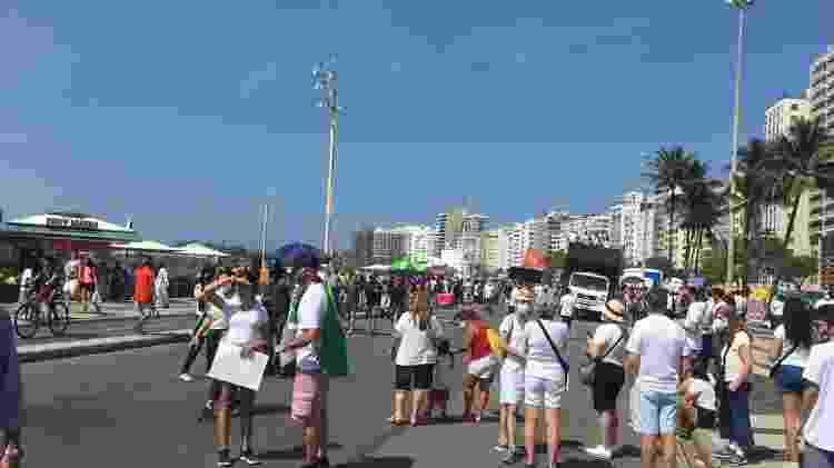 Manifestantes ocupam parte de uma das vias da avenida Atlântica, a beira da praia, em Copacabana - Carolina Farias/UOL - Carolina Farias/UOL