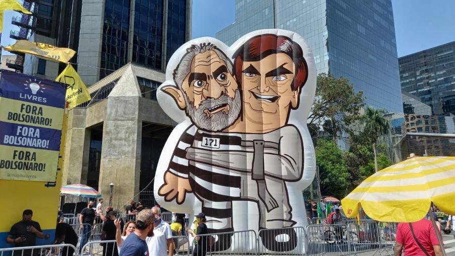 12.set.2021 - Na avenida Paulista, manifestantes levam boneco inflável do ex-presidente Luiz Inácio Lula da Silva (PT), com uniforme de presidiário, e do presidente Jair Bolsonaro (sem partido) com uma camisa de força - Juliana Arreguy/UOL