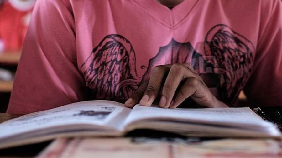 Brasil registra uma das maiores disparidades de nível de leitura entre jovens de baixa e alta renda - GETTY IMAGES