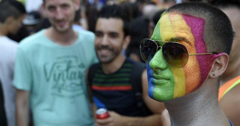 27.jun.2015 - Ativista pintou o rosto com as cores do arco-íris e participa da Parada do Orgulho Gay em Barcelona, Espanha, neste sábado (27)