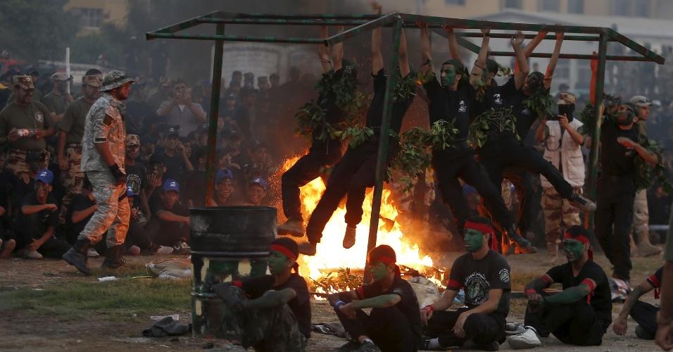 5.ago.2015 - Jovens palestinos participam de cerimônia de graduação em estilo militar organizada pelo Hamas, na cidade de Gaza. Milhares de jovens foram aos acampamentos de verão em estilo militar do Hamas durante as férias escolares para se prepararem para o confronto, caso haja um ataque israelense