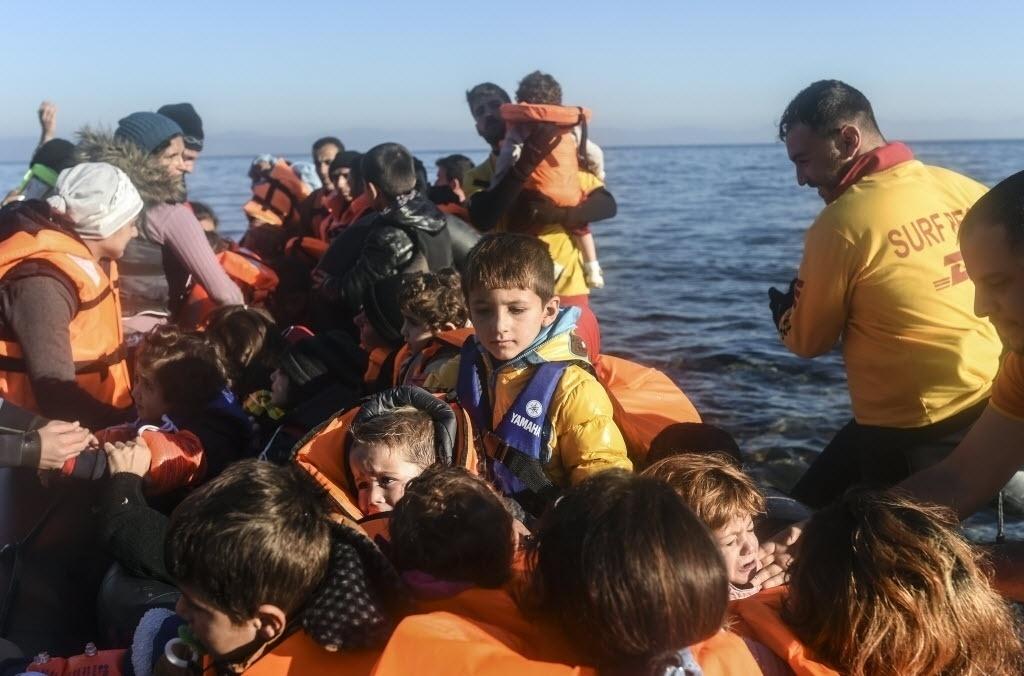 13.nov.2015 - Refugiados iraquianos chegam à ilha grega de Lesbos. Líderes da União Europeia concordaram em convidar o presidente da Turquia, Tayyip Erdogan, para uma reunião de cúpula para discutir o fluxo caótico de imigrantes que ameaça a unidade europeia e a política de fronteiras abertas