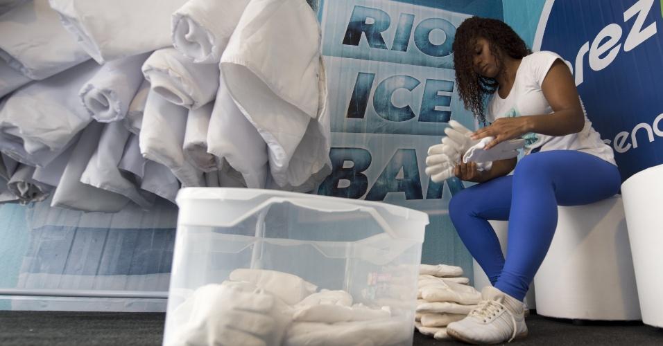 13.jan.2016 - Funcionária prepara agasalhos para clientes no Rio Ice Bar, um bar inteiramente feito com gelo que funciona dentro de um supermercado na avenida das Américas, na Barra da Tijuca, zona sul do Rio de Janeiro. Dentro do local a temperatura é de -15°C