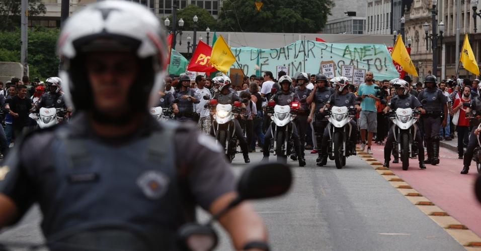 14.jan.2016 - Policiais militares acompanham a concentração de manifestantes em frente ao Theatro Municipal, no centro de São Paulo, antes de ato contra o aumento da tarifa do transporte público em São Paulo. O grupo faz dois protestos simultâneos, um no Theatro Municipal (centro) e outro no largo da Batata, em Pinheiros (zona oeste)