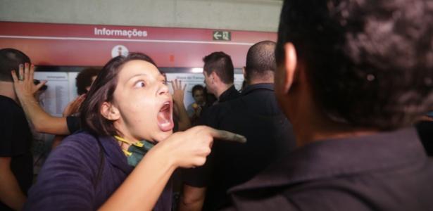Manifestante discute com seguranças na estação Anhangabaú, da linha 3-Vermelha