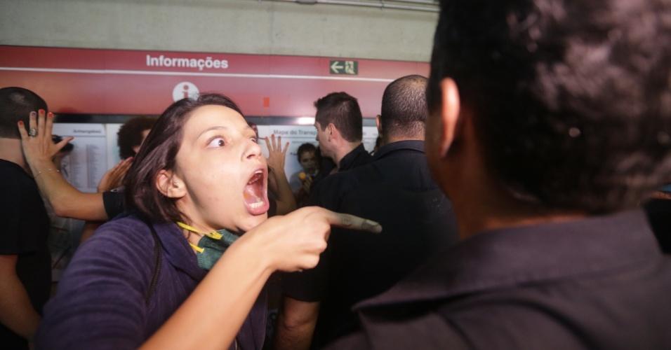 28.jan.2016 - Manifestante discute com seguranças na estação Anhangabaú, da linha 3-Vermelha do metrô, após sétimo ato contra o aumento da tarifa do transporte público em São Paulo. Houve conflito quando alguns manifestantes tentaram força a abertura da estação, e a PM soltou gás de pimenta