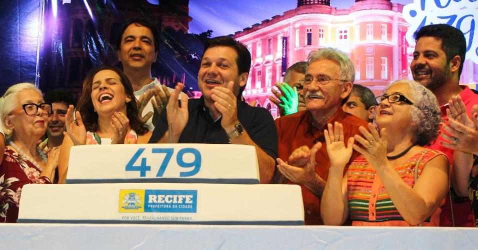 12.mar.2016 - A cidade de Recife (PE) celebra seu aniversário de 479 anos neste sábado (12). Na comemoração oficial, o prefeito Geraldo Julio cortou o bolo na Praça do Arsenal, no Recife Antigo