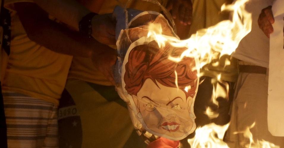 17.abr.2016 - Grupo queima desenho com a imagem da presidente Dilma Rousseff durante comemoração à abertura do processo de impeachment, no Rio de Janeiro