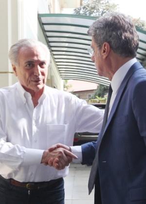 O vice-presidente da República, Michel Temer (PMDB), cumprimenta o senador Romero Jucá (PMDB-RR)