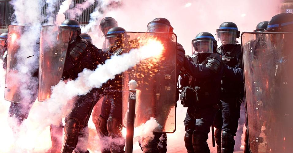 1º.mai.2016 - Policiais reprimem manifestantes durante protesto pelo Dia do Trabalhador em Paris