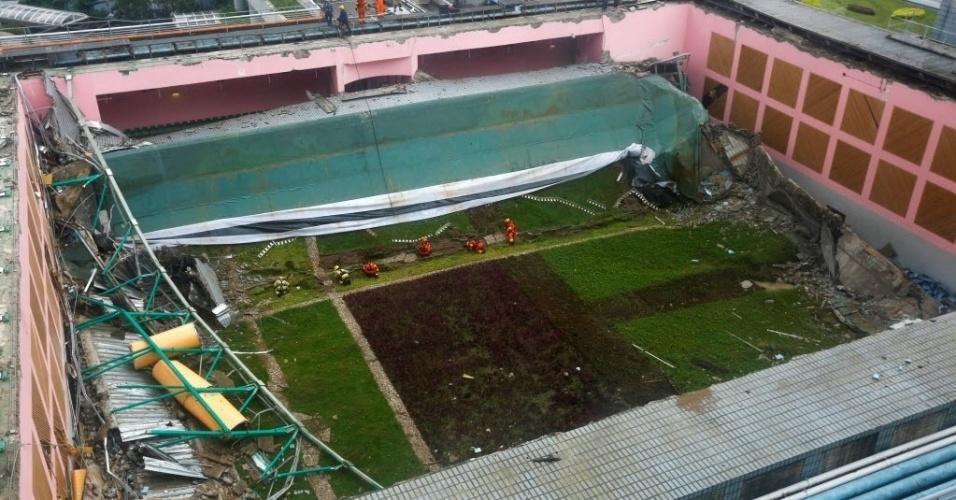 20.mai.2016 - O telhado de um dos prédios da University City, no campus de Hong Kong desabou na manhã desta sexta-feira. Pelo menos três pessoas ficaram feridas. O espaço é utilizado para exames e cerimônias, e pode reunir até 900 pessoas