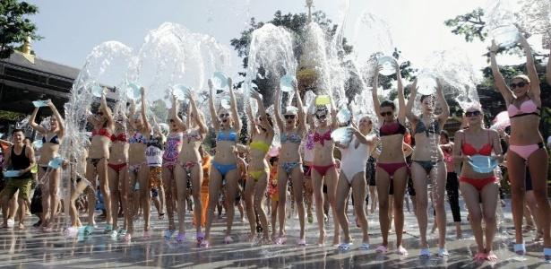 Grupo entra em fonte para refrescar-se do calor na China