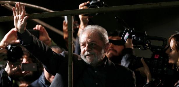 O ex-presidente Luiz Inácio Lula da Silva se prepara para discursar durante ato contra o governo do presidente interino Michel Temer em São Paulo