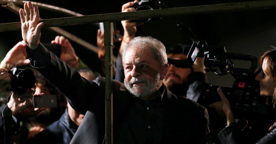 10.jun.2016 - O ex-presidente Luiz Inácio Lula da Silva se prepara para discursar durante ato em defesa da presidente afastada Dilma Rousseff e contra o governo do presidente interino Michel Temer, na avenida Paulista, em São Paulo