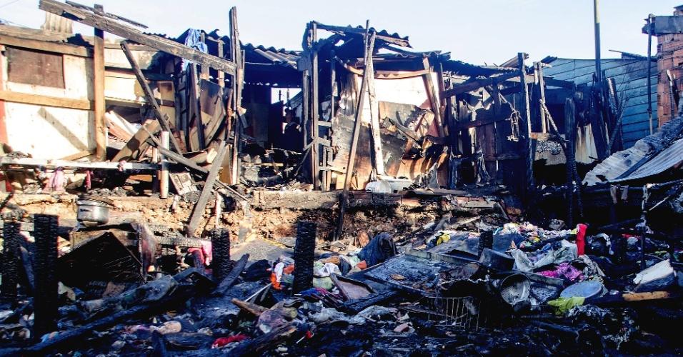 14.jun.2016 - Um incêndio destruiu 30 barracos de madeira em uma favela em Cidade Líder, na zona leste de São Paulo. No total, 14 equipes dos bombeiros trabalharam no combate ao fogo. As moradias atingidas pelo fogo ficam embaixo de uma linha de transmissão de energia elétrica. Segundo os bombeiros, há indícios de que o incêndio foi causado por um curto-circuito