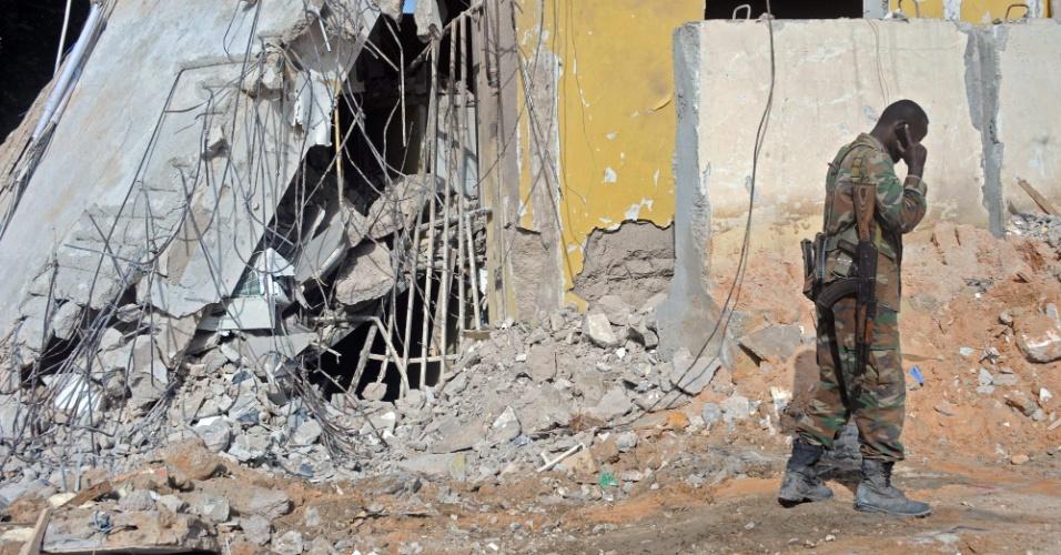 26.jun.2016 - Soldado fala ao telefone perto de destroços do ataque terrorista no sábado que matou pelo menos 11 pessoas em um hotel de Mogadíscio, capital da Somália. O ato foi reivindicado por militantes do Shabaab, grupo ligado à Al -Qaeda. O ataque é o mais recente de uma série que teve hotéis e restaurantes como alvos. Um suicida detonou um carro carregado de explosivos no exterior do edifício, homens armados invadiram o hotel Naasa-Hablood e os tiros soaram por várias horas, segundo testemunhas