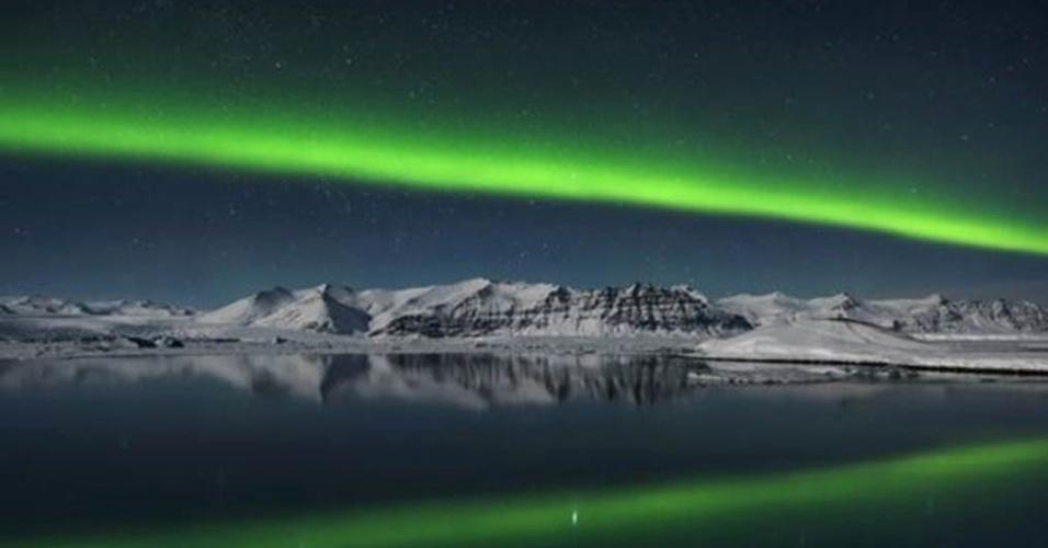 1º.ago.2016 - As imagens vencedoras serão anunciadas no dia 15 de setembro de 2016. Esta imagem da Aurora Boreal sobre Jokulsarlon, na Islândia, foi registrada por Giles Rocholl